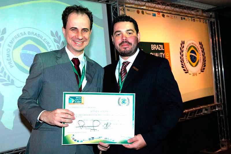 Palestrante Daniel Bizon recebendo reconhecimento da LAQI
