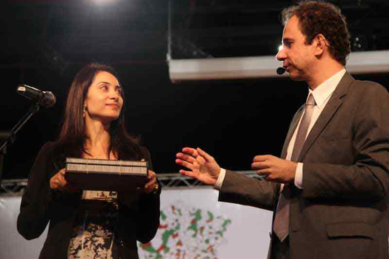 Palestrante Daniel Bizon interage com autoridade no palco