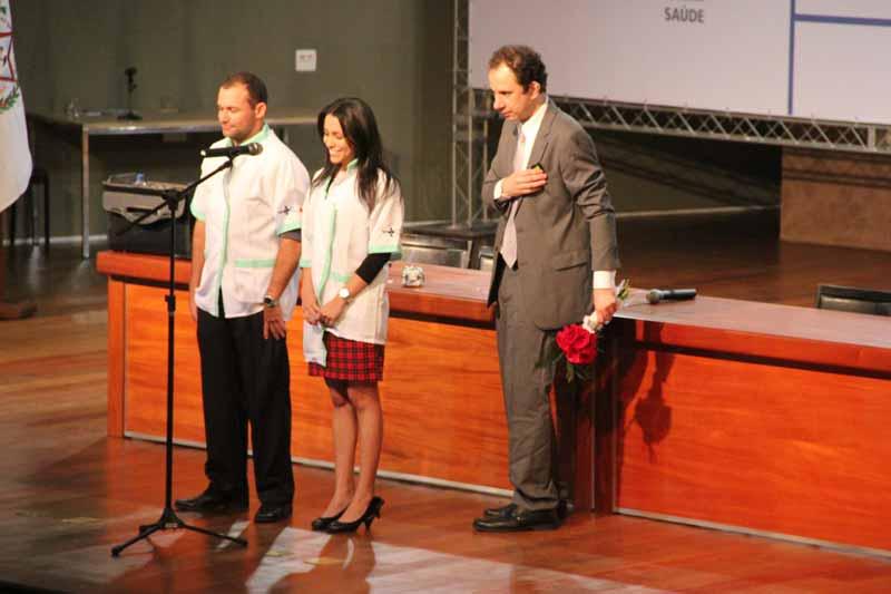 Palestrante Daniel Bizon presta homenagem a Farmacêuticos