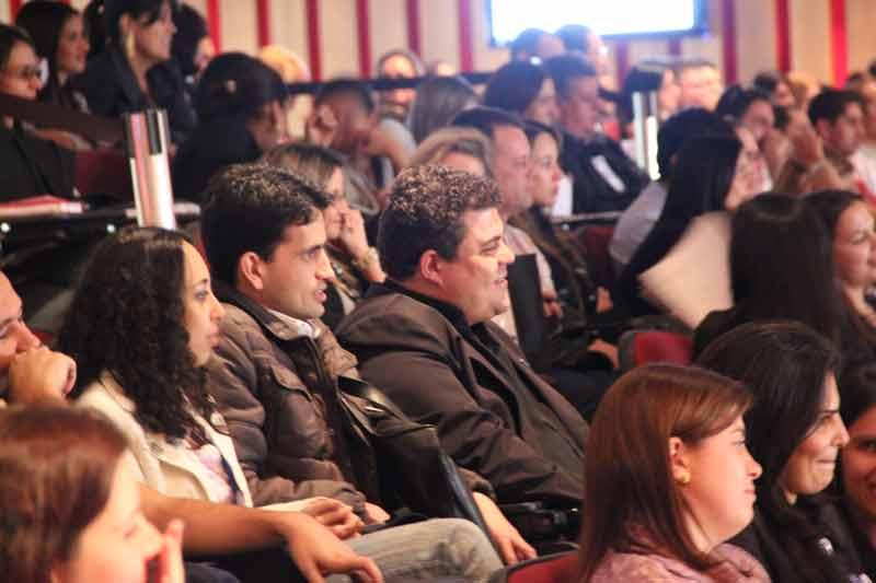 Grande público assistindo palestra com Daniel Bizon em BH