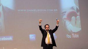 Palestrante Daniel Bizon em gesto de motivação na palestra