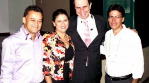Foto de Daniel Bizon com os responsáveis pela contratação