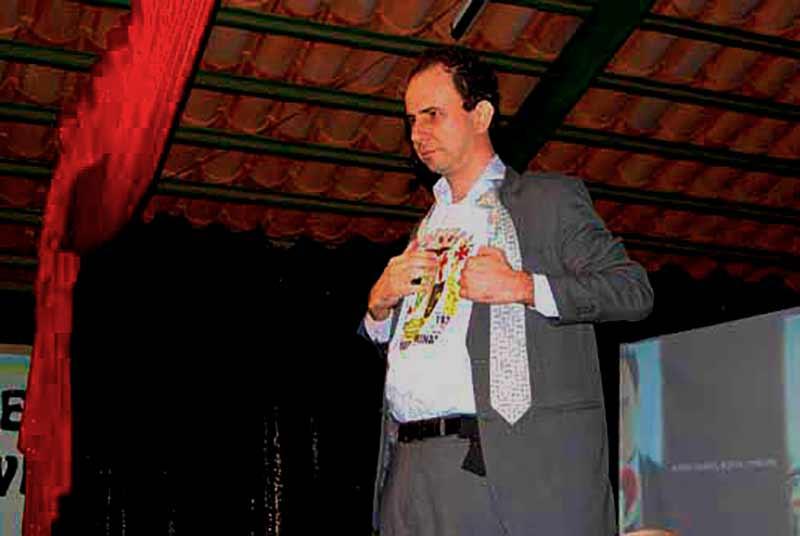 Daniel Bizon com a camisa de São Roque de Minas na palestra