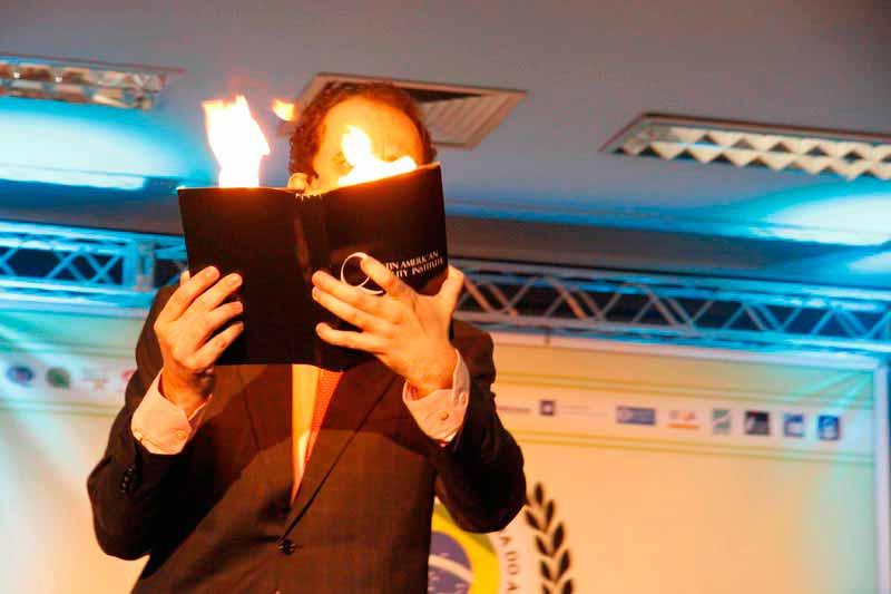 Daniel Bizon faz palestra sobre inovação com ilusionismo