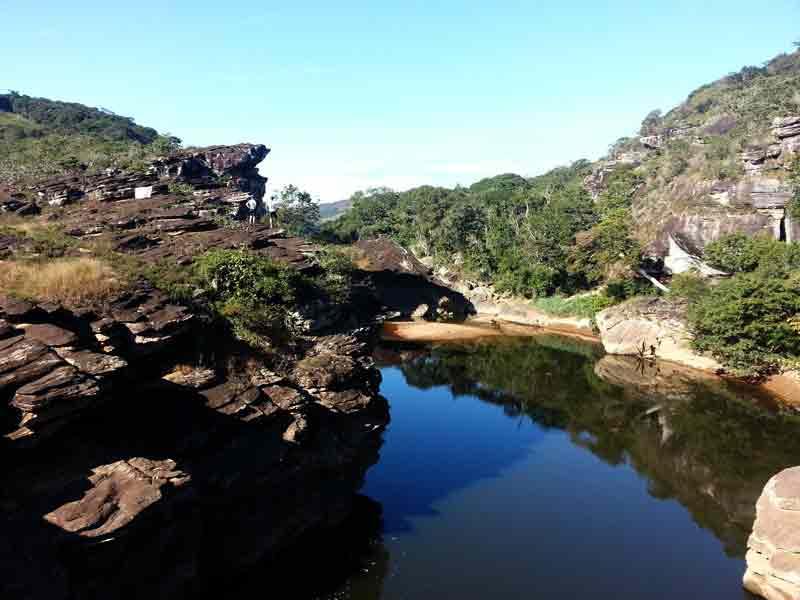 Imagem de um rio com uma paisagem