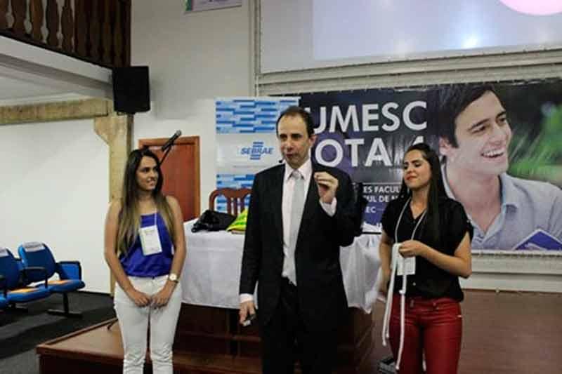 Palestrante Daniel Bizon interagindo com convidadas no palco