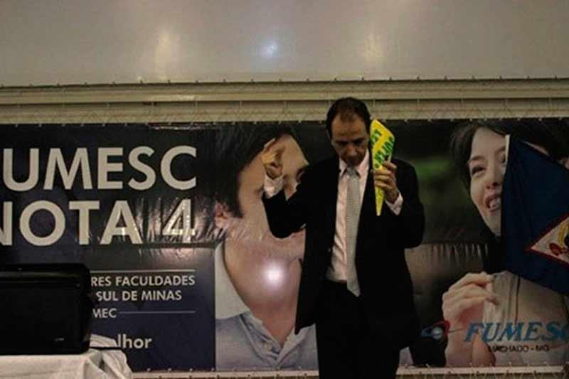Palestrante Daniel Bizon inicia o evento com uma mágica