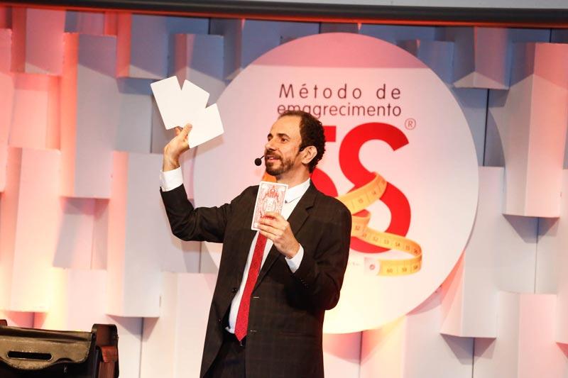 Palestrante Daniel Bizon usa mágica no treinamento para vendedores