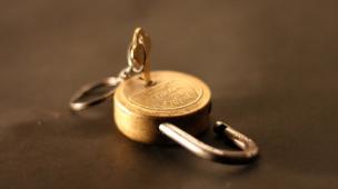 Cadeado semi-aberto representando a dificuldade de venda