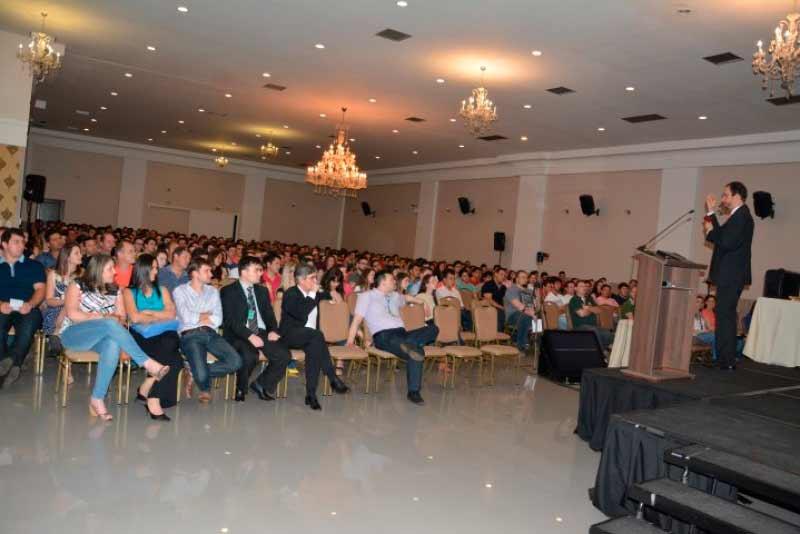 Público assistindo a palestra motivacional com Daniel Bizon