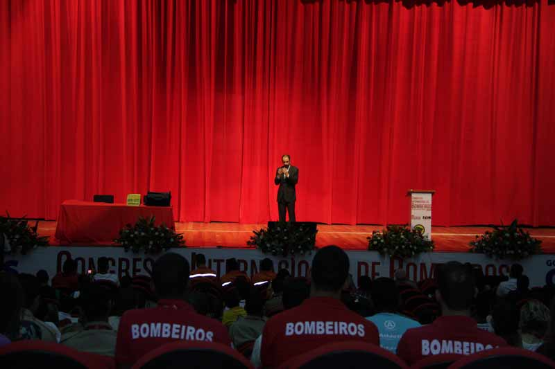 Daniel Bizon falando para um público de bombeiros do Brasil