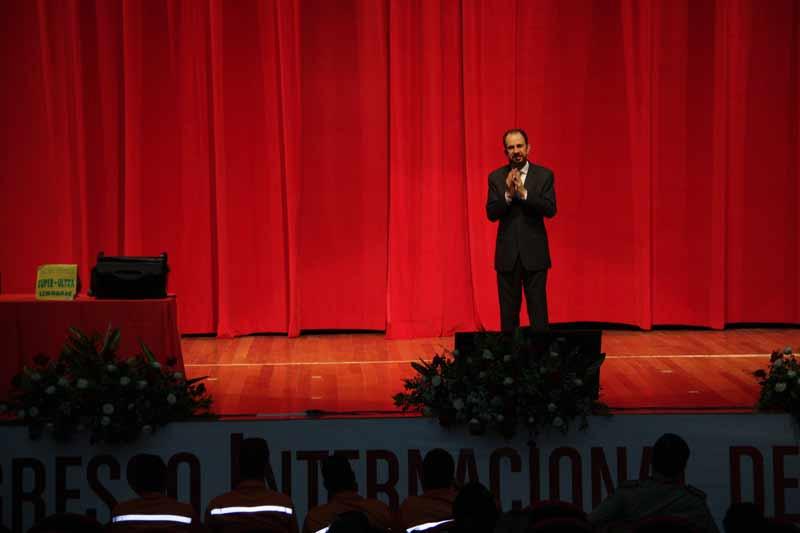 Daniel Bizon no palco e público atento ao conteúdo