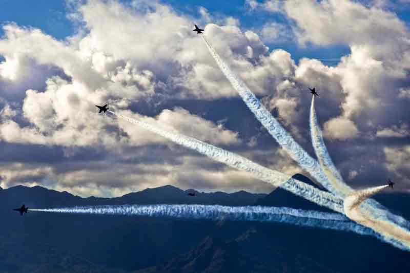Vários aviões juntos referindo à importância da equipe para motivar pessoas