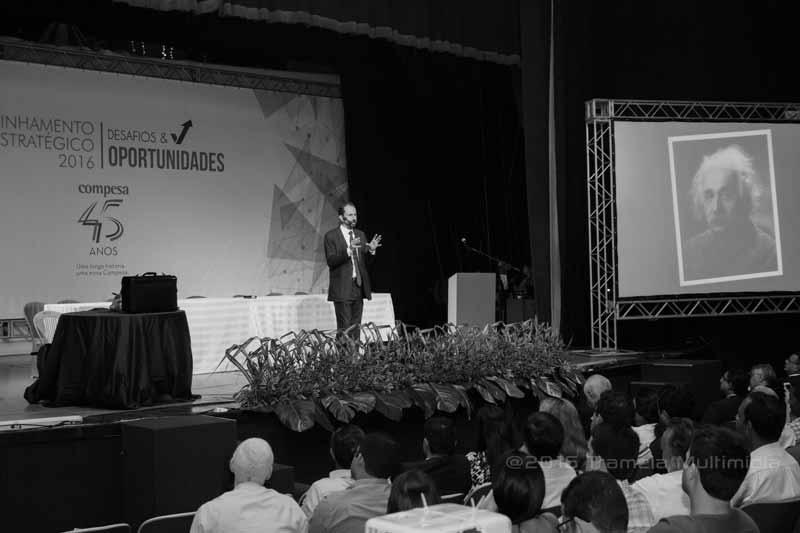 Foto do palestrante Daniel Bizon em palestra motivacional na Compesa
