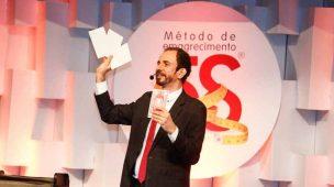 Daniel Bizon utilizando o baralho no evento da Brands