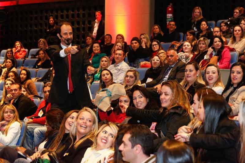 Daniel Bizon interagindo com o público no evento Brands