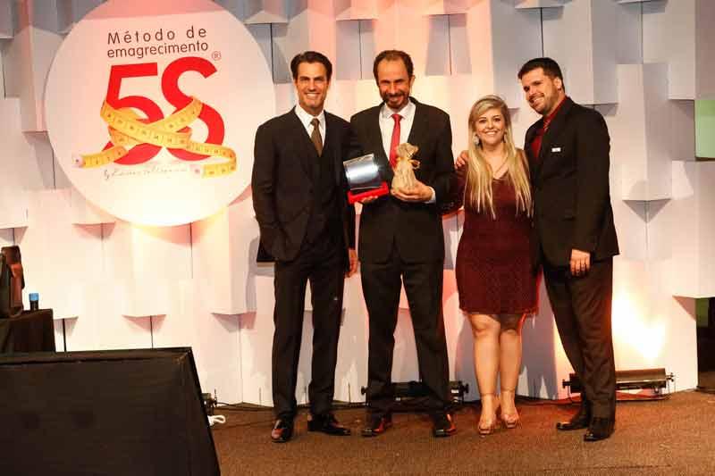 Daniel Bizon recebe homenagem no evento Brands em São Paulo