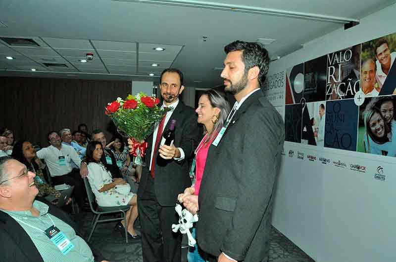 Daniel Bizon homenageia dois convidados com flores e vinho