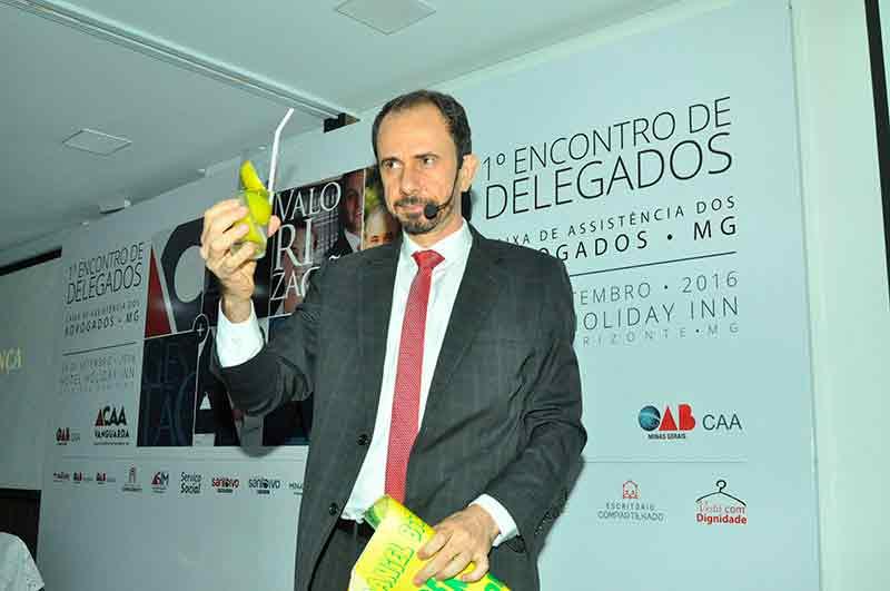 Palestrante Daniel Bizon fez uma mágica com uma limonada