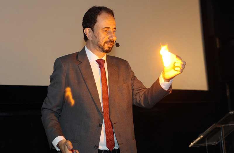 Daniel Bizon realiza efeito mágico com fogo