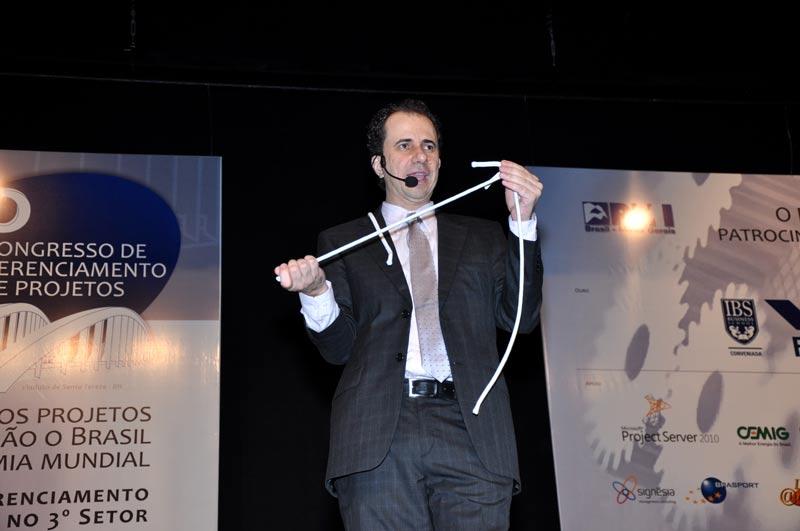 Daniel Bizon faz palestras motivacionais com mágica