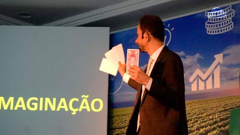 Ilusionismo com cartas na palestra de vendas com Daniel Bizon