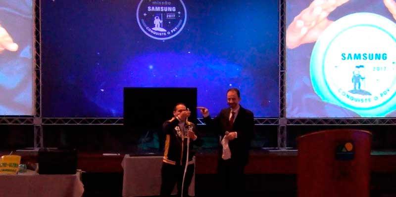 Daniel Bizon no palco com um dos promotores da Samsung