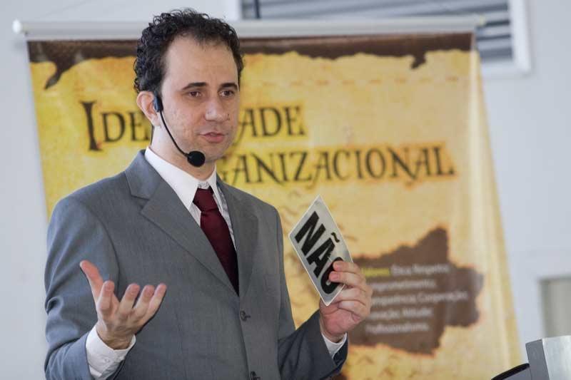 Daniel Bizon faz palestra sobre estratégia empresarial com ilusionismo